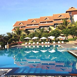 Romana Resort 4* Phan Thiết 2N1Đ – Phòng Deluxe Ocean View- Buffet Sáng + Lẩu Thả/Set Menu Trưa Or Tối + 20 Phút Massage Dành Cho 02 Người Lớn & 01 Em Bé Dưới 5 Tuổi